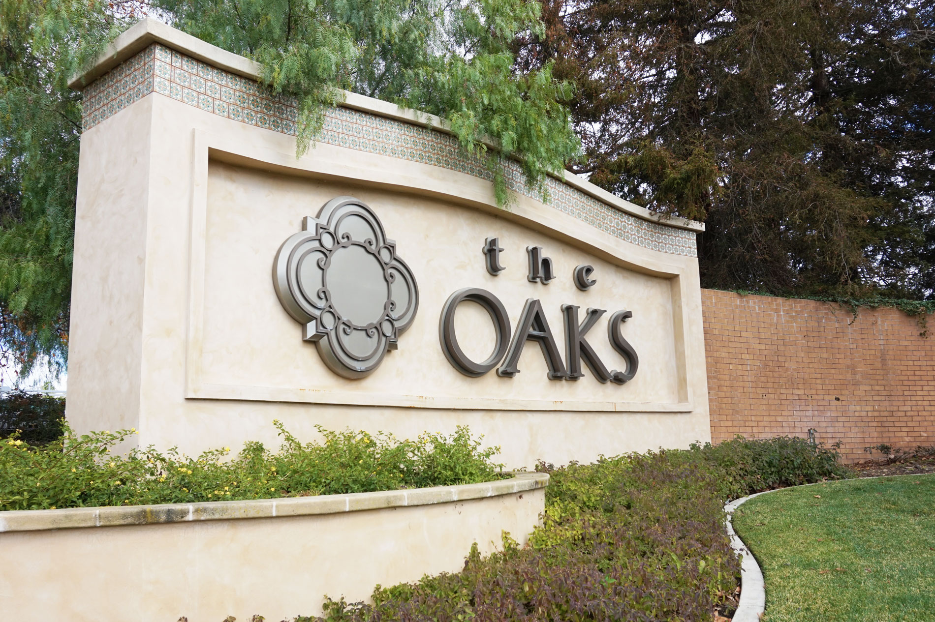 Custom commercial sign at oaks mall